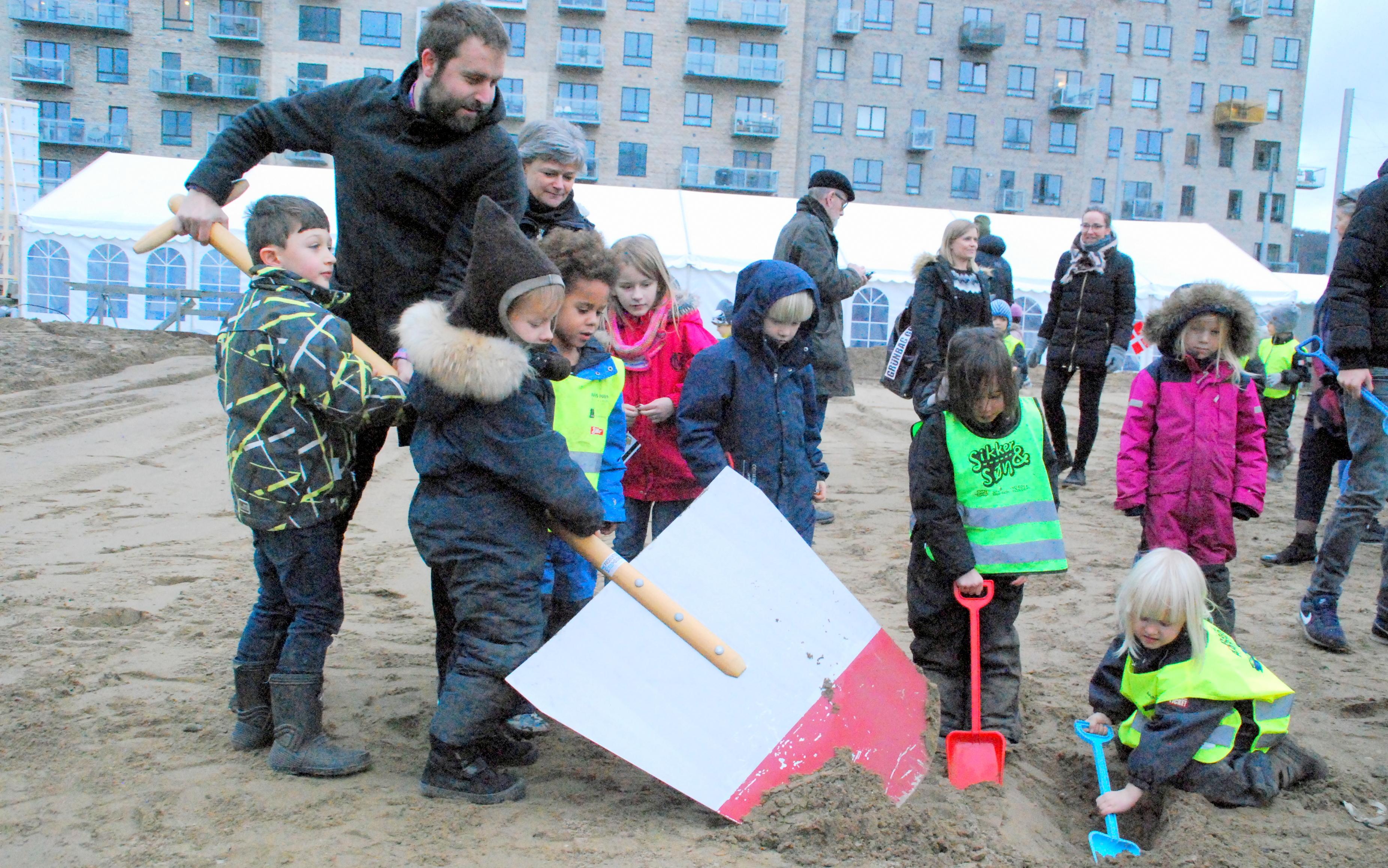 Børn fra omkringliggende børnehaver var med til at tage det første spadestik til Generationernes Hus i Aarhus Ø. Foto: Ulla Skovsbøl